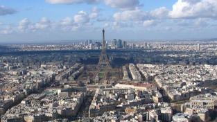 Eiffelovu věž evakuovali. Anyonym hrozil výbuchem
