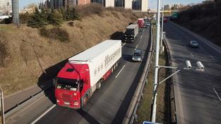 Řidič kamionu couval na dálnici. V krvi měl 3,5 promile!