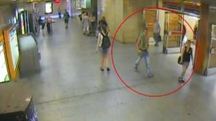 Muž znásilnil v Praze v křoví mladistvou dívku. Pomozte ho najít