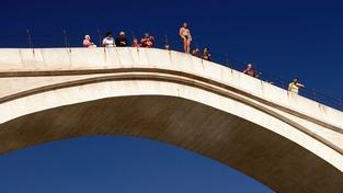 Český turista skočil z legendárního mostu v Mostaru. Zmizel pod vodou