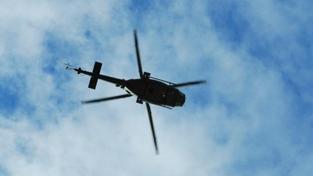 Vojenský vrtulník měl poruchu motoru, nouzově přistál na poli