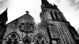 Platy duchovních příští rok neklesnou, rozhodla vláda