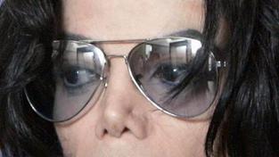 Jackson byl závislý na plastických operacích, tvrdí jeho matka