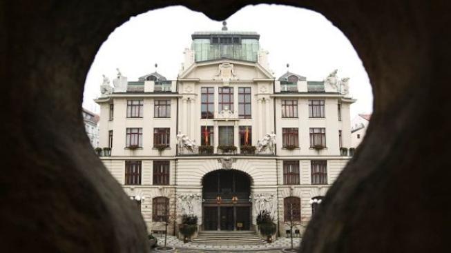 Nestoudní pražští zastupitelé si bokem přivydělávají statisíce korun