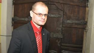 Dva poslanci VV splatili podle přiznání víc, než si vydělali. Hrozí jim pokuta