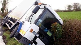 Na Sokolovsku havaroval autobus přímo nad nebezpečným srázem