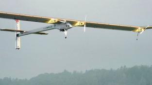 Experimentální letoun poháněný sluncem přistál v Madridu