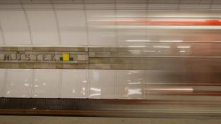Svědci chtěli sebevražedkyni v metru zachránit, ale nerozbili sklo hlásiče