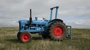 Muž zemřel poté, co se na něj převrátil traktor