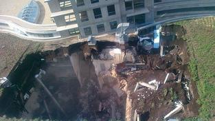 V Bratislavě vybouchla budova a zřítila se. Hasiči prohledávají sutiny