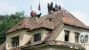 Squatteři obsadili vilu Milada, deset jich zůstává na střeše