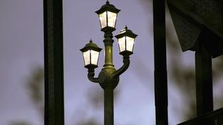 Anonym rozmisťuje po městě smrtonosné svítilny