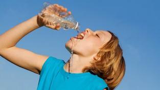 Zdravotní doporučení na víkend: Omezit tělesnou aktivitu a hodně pít