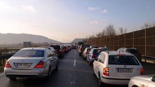 Dálnice D1 na Prahu stojí, havaroval kamion