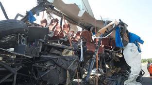 Osm mrtvých, desítky zraněných při nehodě autobusu