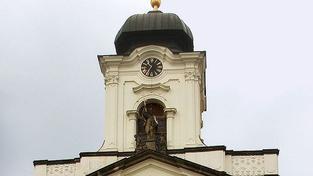 Policisté lezli na střechu za mužem, prý chtěl měď z kostela