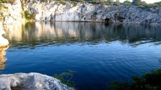 Dračí oko je slané jezero uprostřed skal