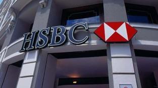 Další banka omezuje aktivity v Česku, HSBC ruší běžné účty klientům