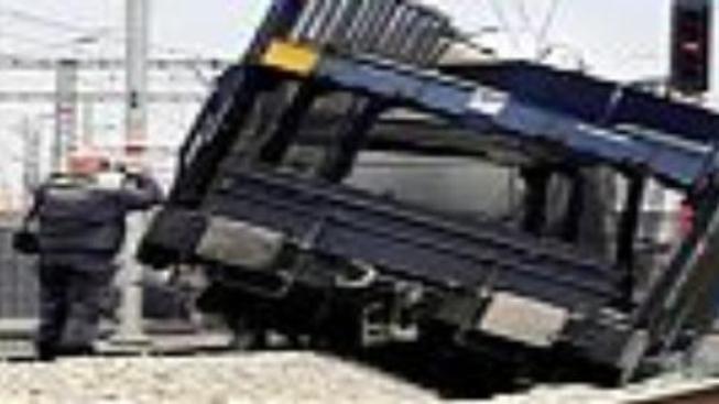 Na Lounsku se srazil osobní vůz s vlakem