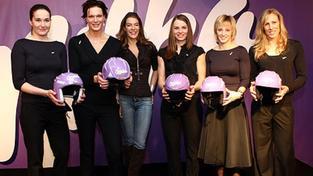"""Milka """"Ski Girls"""" a Fiona Swarovski představují helmy s křišťály"""
