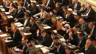 Poslanci rozhodnou o vracení majetku církvím a o růstu důchodů