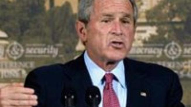 Hodil boty po Bushovi, hrozí mu vysoký trest