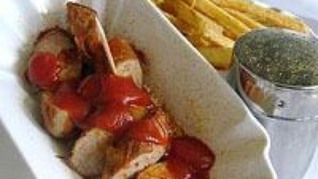 Currywurst, berlínský párek v rohlíku