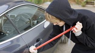 Zloděj při krádeži auta zpanikařil a přejel majitele. Ten zemřel