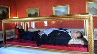Sen všech Italů zhmotněn - Berlusconi v rakvi!