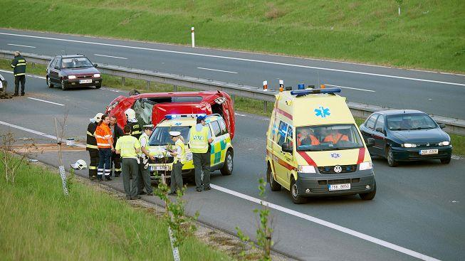 Mladý muž zemřel při čelní srážce osobního auta a dodávky
