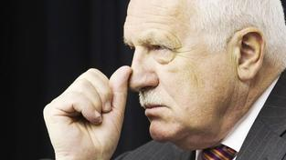 Desítky lidí oslavují na Pražském hradě odchod Václava Klause