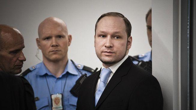 Před budovou soudu, v níž probíhá proces s Breivikem, se zapálil muž
