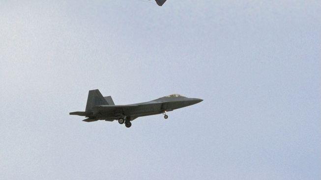 Supermoderní stíhačky F-22 mají problém, možná ohrožují piloty