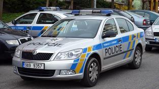 Policejní auto skončilo v Šumperku ve zdi policejní budovy