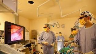 Chirurgové v Olomouci zkoušejí operovat s 3D brýlemi