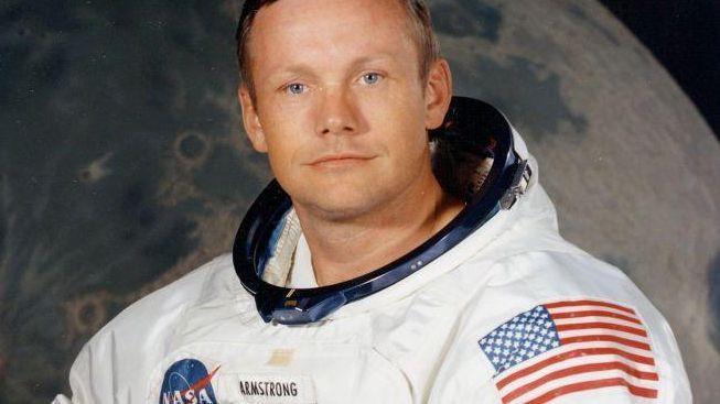 Neil Armstrong bude pohřben v moři
