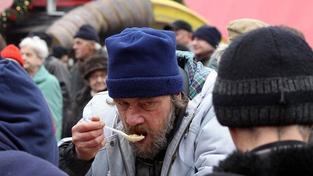 Lidé uctili památku umrzlých bezdomovců svícemi a tichem