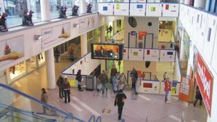 Mladík spadl z ochozu obchodního centra, je ve vážném stavu