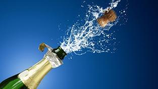 Nový hit dubajských večírků: nealkoholické víno s plátky zlata