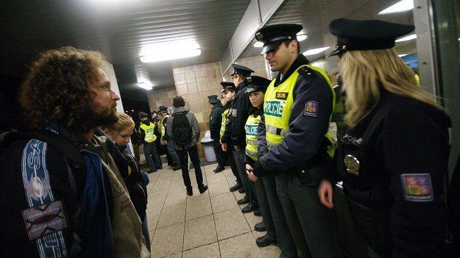 Během včerejších protivládních protestů došlo k napadení reportéra ČT