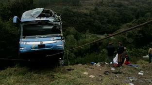 Autobusu selhaly brzdy. Zahynulo 13 lidí, 37 zraněných