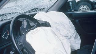 Přecházení mimo přechod stálo muže život: Srazilo ho auto a přejel kamion