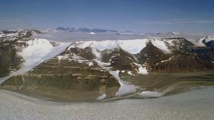 V Antarktidě mezi ledovými krami uvázla ruská loď plná cestujcích. Pomoc je na cestě