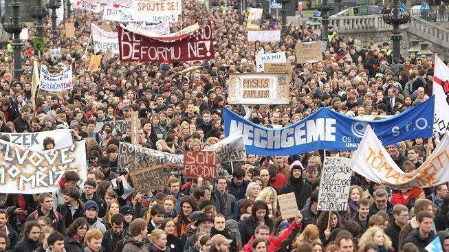 Největší studentské demonstrace od roku 1989: v Praze vyšlo do ulic přes 10 000 lidí
