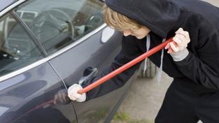 Zloděj ukradl auto i s dítětem které v něm spalo