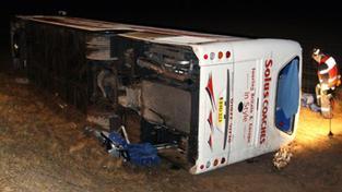 Autobus se školáky vyletěl ze silnice. Jeden mrtvý, 23 zraněných