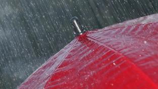 Na západ Čech vtrhne deštivé počasí. Proprší celý víkend