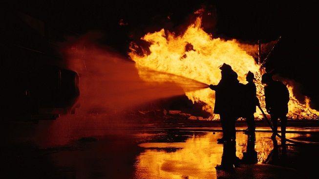 Hasiči na Šumpersku likvidují požár dřevovýroby. Zasahuje 13 cisteren