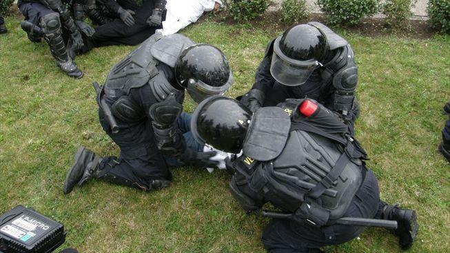 Policisté rozehnali obří párty sezvanou přes Facebook