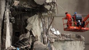 Po výbuchu plynu se zřítila třípodlažní budova, trosky pohřbily zaživa desítky lidí